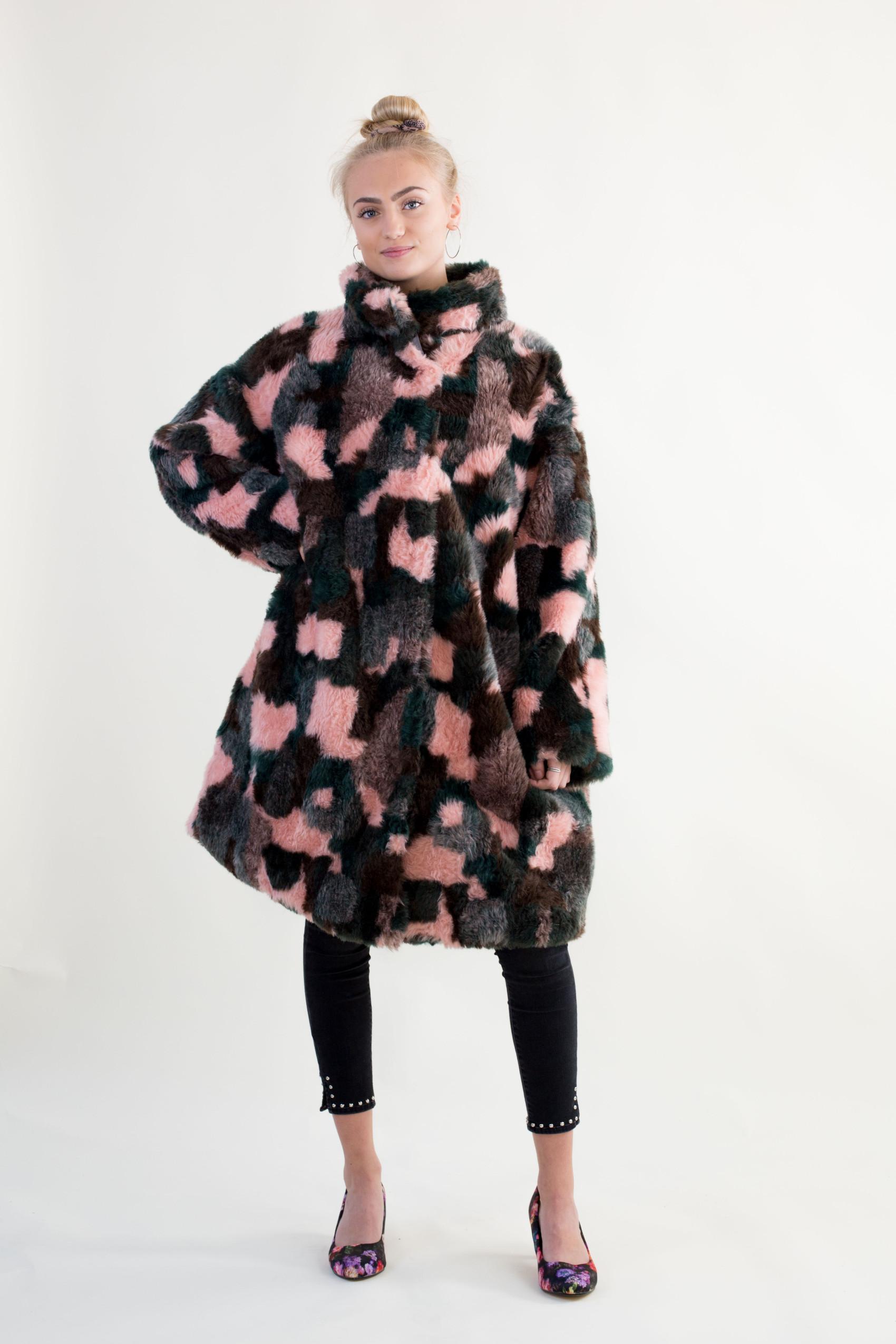 Fake fur frakke DIY – minimalisme findes ikke her fake fur coat 1