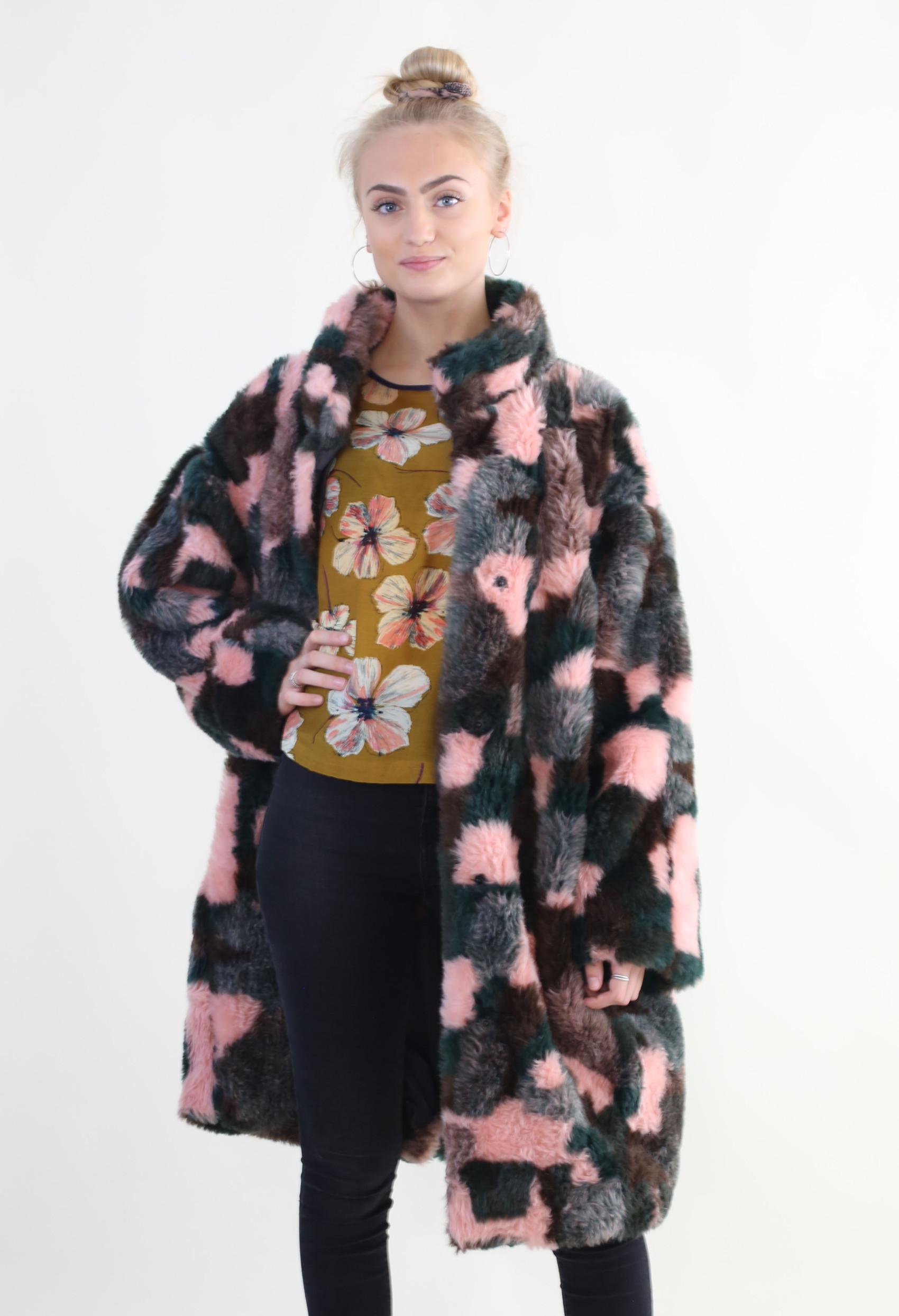 Fake fur frakke DIY – minimalisme findes ikke her fake fur coat 6
